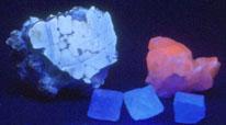 Магнезит (белый), кальцит (оранжево-красный), флюорит (3 кристалла на переднем плане);